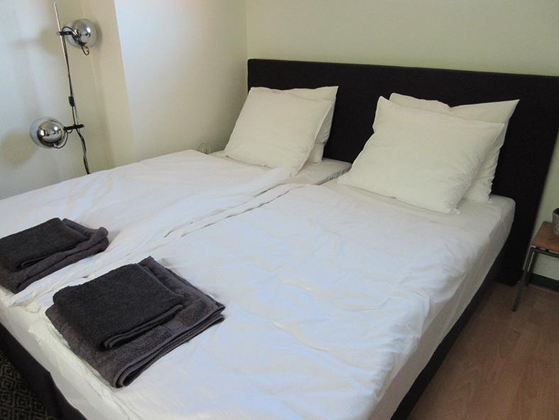 Slaapkamer 1 met 2 royale bedden.
