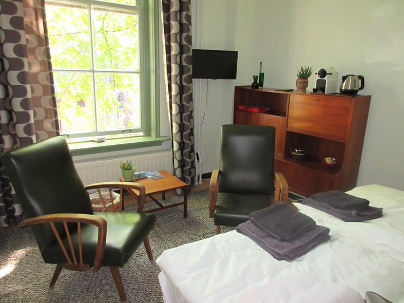 Zitje op slaapkamer 1. Op de kamer mogelijkheid om thee en koffie te maken.