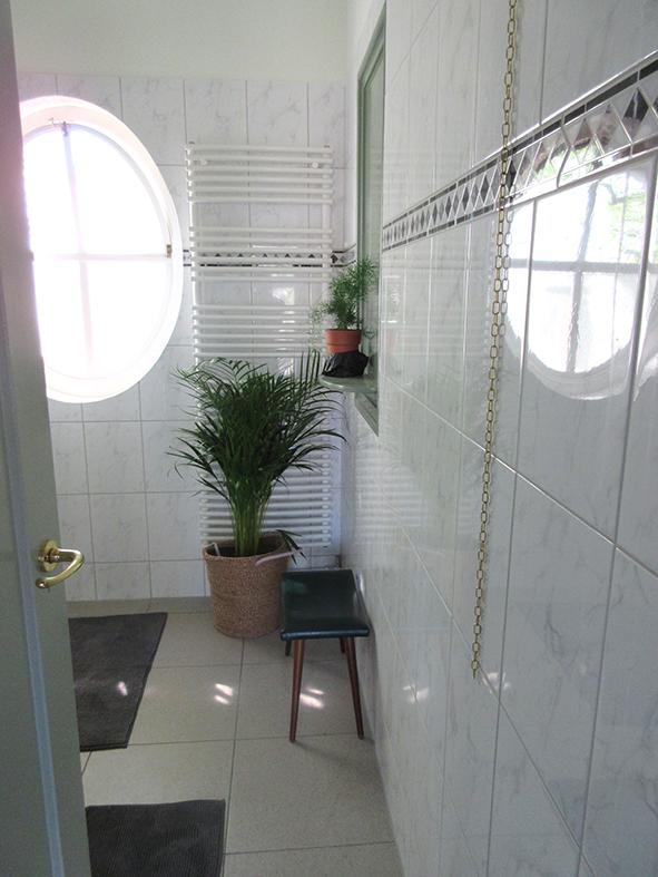 Ruime badkamer.
