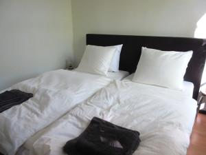 Ruime slaapkamer met 2 royale bedden.